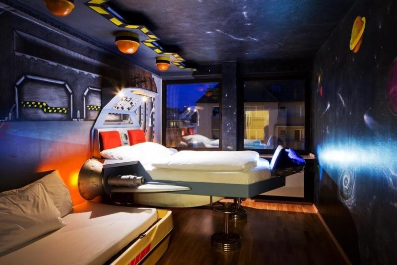 Una de las 16 habitaciones del hostel Die Wohngemeinschaft, también en Colonia, emula una nave espacial. Imagen: © Natalie Bothur.