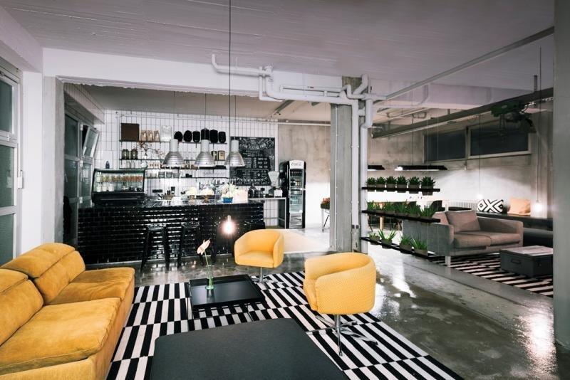 El poshtel Wallyard Berlín ofrece una mezcla ecléctica de estilos en sus 21 habitaciones y zonas comunes. En la imagen, el lobby. © Chiara Bonetti.