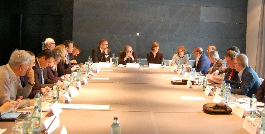 Representantes de la embajada y consulados Británicos en España acudieron a la reunión convocada por los miembros de la AMT en Madrid.