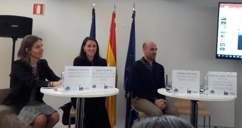 De izq. a dcha, Marta Castander, de Avios; Judith Güemes, de NH Hotel Group; y Mariano Silveyra, de Cabify, en su participación en la jornada sobre fidelización del IE.
