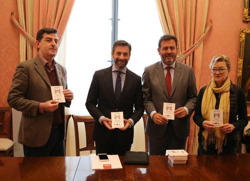 Los gerentes del Consorcio de Turismo de Sevilla y Contursa-FIBES, Antonio Jiménez y Jesús Rojas, se han reunido con distintas asociaciones para explicarles el funcionamiento de la caseta.