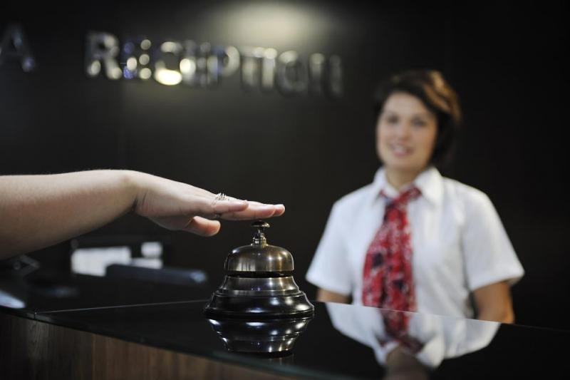 Los consumidores están cambiando sus expectativas respecto a cómo deberían interactuar con el hotel… le guste al sector o no; mientras hoteleros y proveedores tecnológicos se encuentran enzarzados en una lucha que les impide avanzar en este proceso.