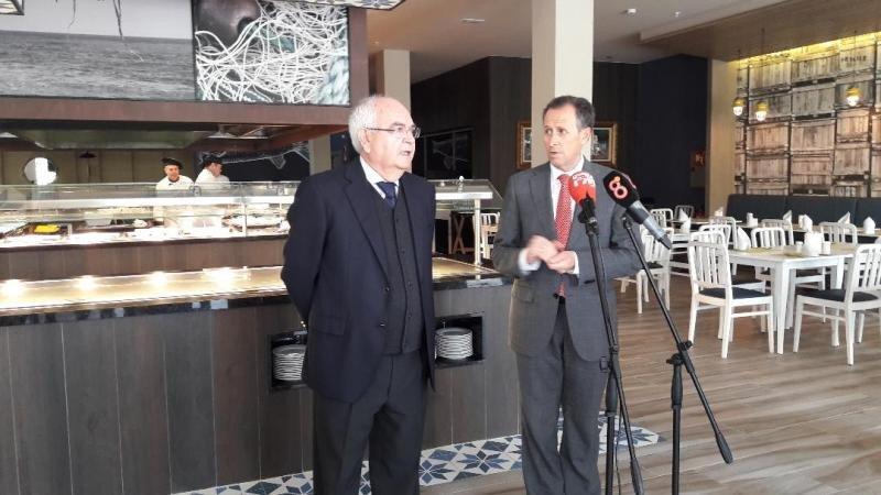 De izq. a dcha, Ricardo Luque, delegado regional de Riu Hotels; y el alcalde de Chiclana, José María Román, en la presentación del renovado ClubHotel Riu Chiclana.
