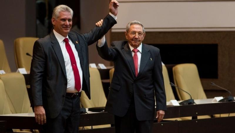 Miguel Díaz-Canel con Raúl Castro. Foto: diario Clarín.