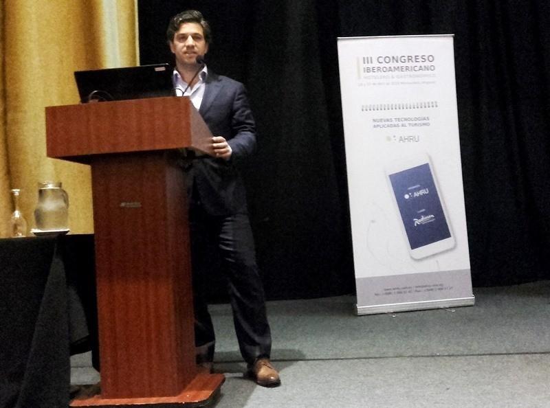 Ricardo Cerri, Chief Technology Officer de Corporación América, ante el III Congreso Iberoamericano de Turismo, en Uruguay.