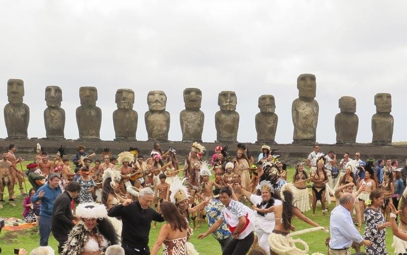 Un evento festivo organizado frente a los moái.