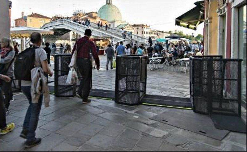 Se han colocado barreras de acceso en las proximidades de la estación de Santa Lucía, único punto de llegada por tierra.