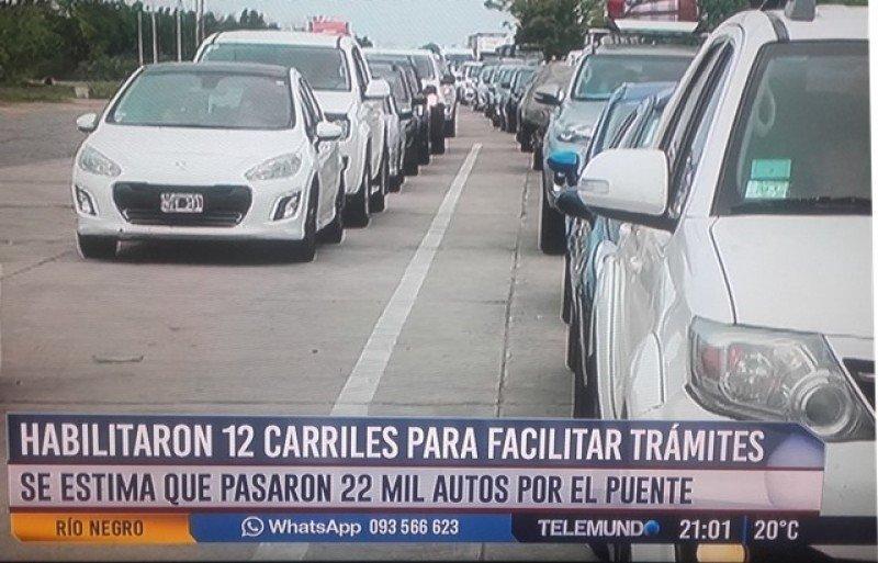 Las demoras para cruzar el puente de Fray Bentos fueron atribuidas a las autoridades de Migraciones de Argentina. Foto: captura Telemundo.