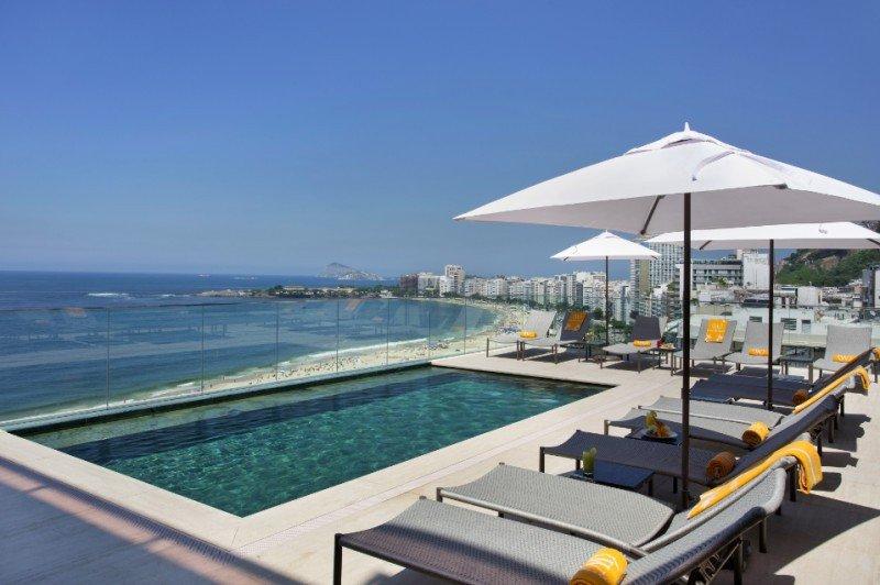 El nuevo hotel tiene una piscina en la terraza que ofrece una vista panorámica a la playa.