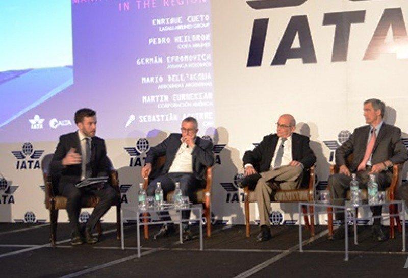 Enrique Cueto (segundo izq.) junto a Germán Efromovich y Pedro Heilbron en un panel de Wings of Change. Foto: Aero Latin News