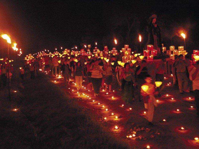 """La localidad de Tañarandy, con sus representaciones artísticas sobre la vida de Jesús y los santos junto al camino iluminado denominado """"Yvaga Rapé"""" (Camino del Cielo), organizado por el artista Koki Ruiz, atrajo a cerca de 25.000 personas."""