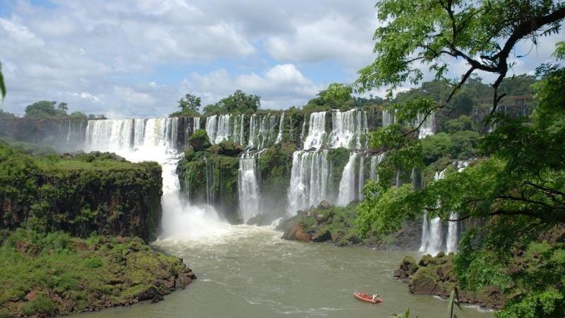 El grupo tenía un compromiso con el Gobierno argentino de conectar España con Iguazú y se les planteó la posibilidad de que éste fuese acompañado de hoteles en el destino.