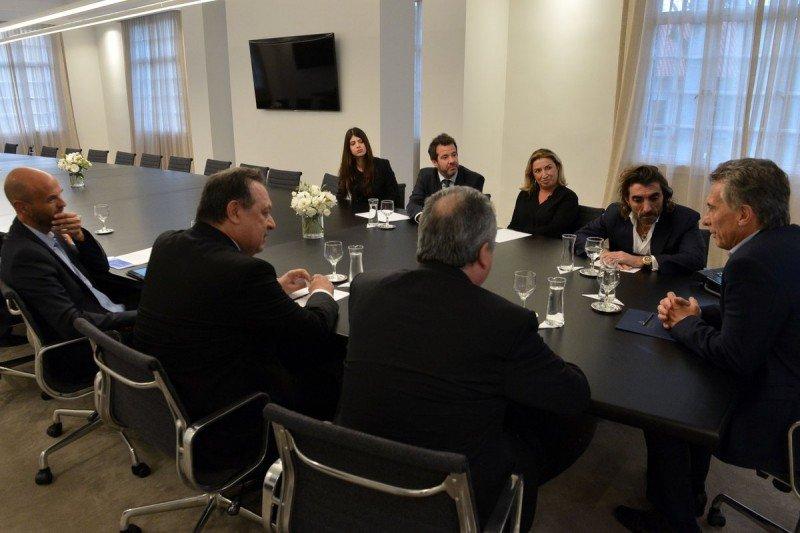 Las autoridades argentinas y del grupo turístico español reunidas en Buenos Aires.