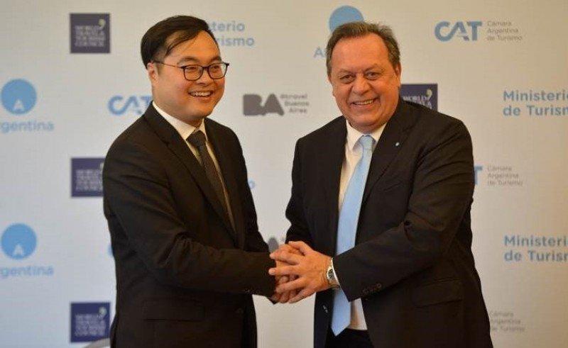 El vicepresidente de Fliggy, Huang Yuzhou, y el ministro de Turismo de Argentina, Gustavo Santos.
