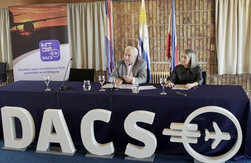 El ministro Rossi y la directora de Transporte Aéreo del MTOP en la presentación del foto DACS.