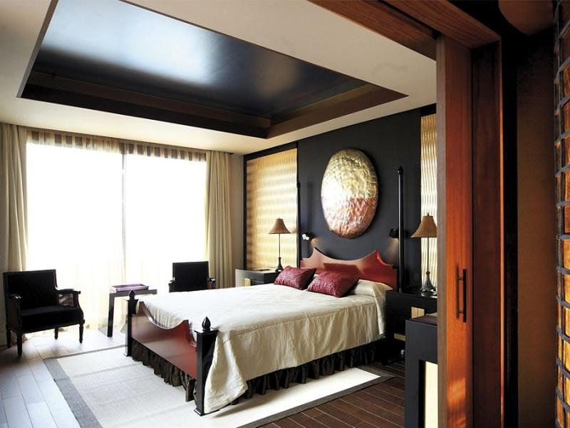 Para garantizar la serenidad en el dormitorio, la cama ocupa una posición central y dominante.