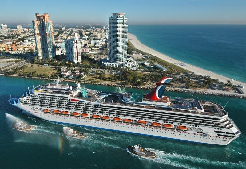 El Carnival Valor en el puerto de Miami.