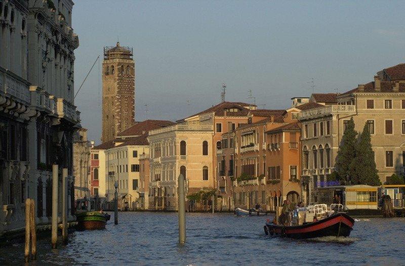 Según el alcalde de Venecia, Luigi Brugnaro, el nuevo sistema de tornos es una medida experimental que prevé implementar en puentes o festividades.