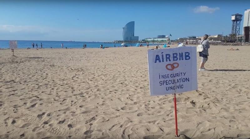 Cartel contra Airbnb en la playa de Barcelona.