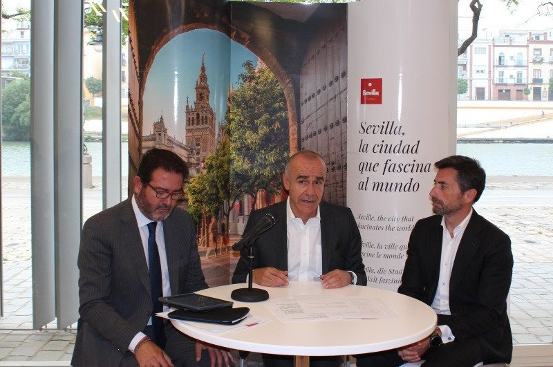 El delegado de Hábitat Urbano, Cultura y Turismo del Ayuntamiento, Antonio Muñoz, presentó el balance de FIBES, acompañado por los gerentes de Contursa-FIBES y Consorcio de Turismo de Sevilla, Jesús Rojas y Antonio Jiménez, respectivamente.