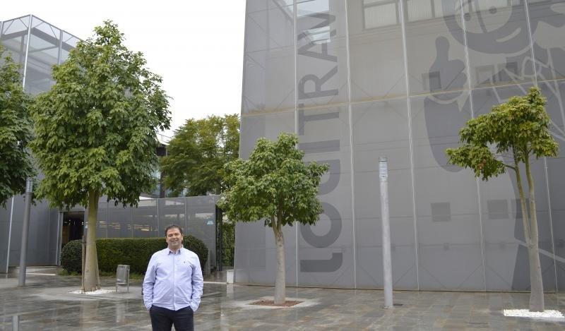 Ovidio Andrés delante de la sede de Logitravel.