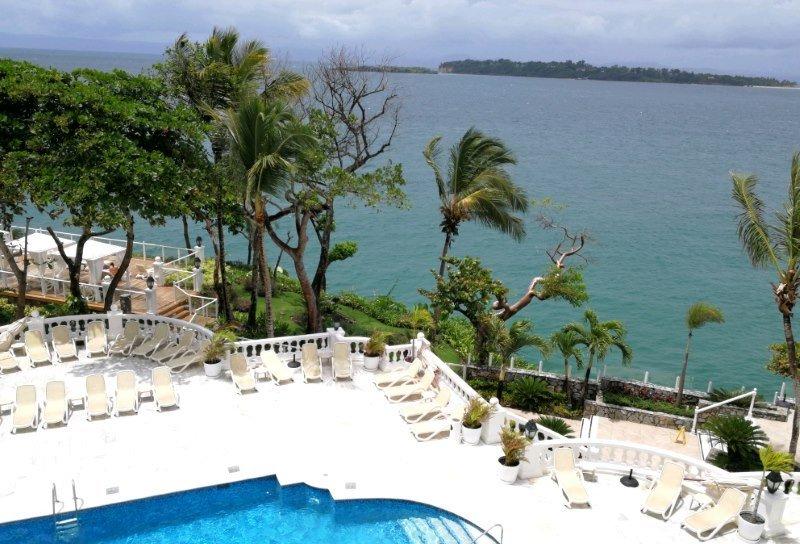 Desde el hotel Luxury Bahia Principe Samana se aprecia la isla Cayo Levantado, donde se sitúa el hotel del mismo nombre.