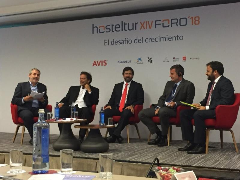 La mesa sobre el crecimiento en la intermediación: (De Izq. a Da.) Juan Jesús García Sánchez (Amadeus IT), Ovidio Andrés (Logitravel), Gabriel Subías (Ávoris), Steve Heapy (Jet2.com) y Pep Cañellas (W2M).