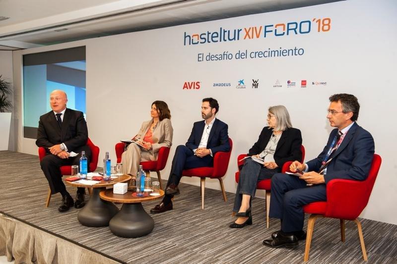 De izq. a dcha, el moderador Hugo Rovira; Inmaculada Ranera, de Christie Co; Javier Águila, de Alua Hotels; Carmen Riu, de Riu Hotels; y David Rico, de Caixabank.