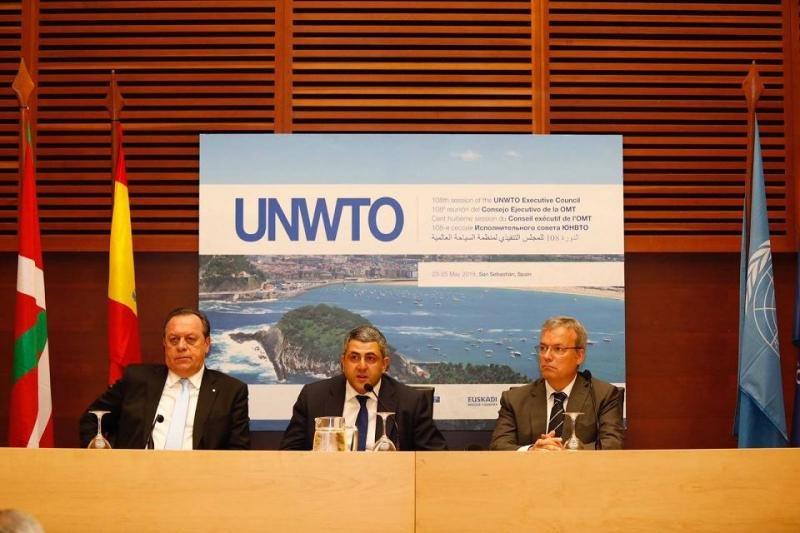 De izq. a dcha, el ministro de Turismo de Argentina, Gustavo Santos; el secretario general de la OMT, Zurab Pololikashvili; y el consejero vasco de Turismo, Alfredo Retortillo, en la rueda de prensa celebrada con motivo de la reunión.