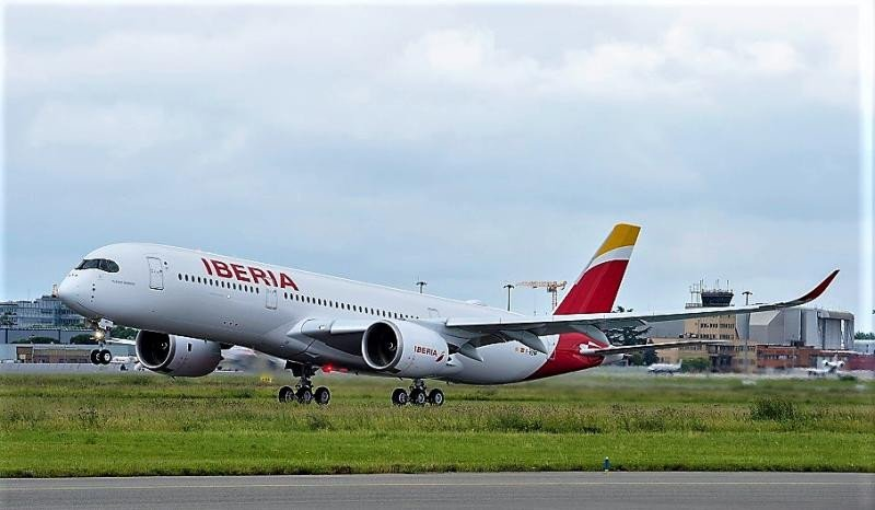 Despegue del Airbus A350-900 de Iberia (Foto by A. Domenjou/ Master Films).