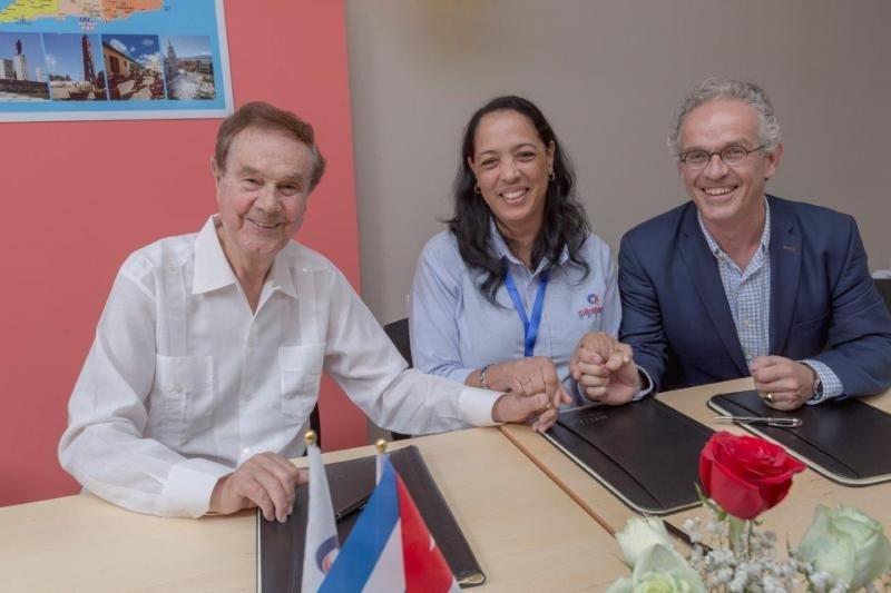 Firma del acuerdo en Cuba.