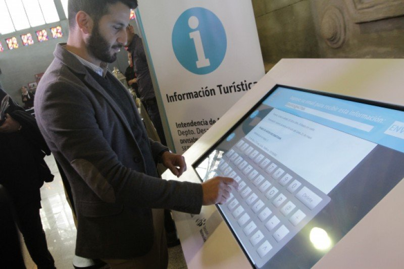 Nueva pantalla táctil en el Mercado Agrícola de Montevideo. Foto: IM / Mónica Riet