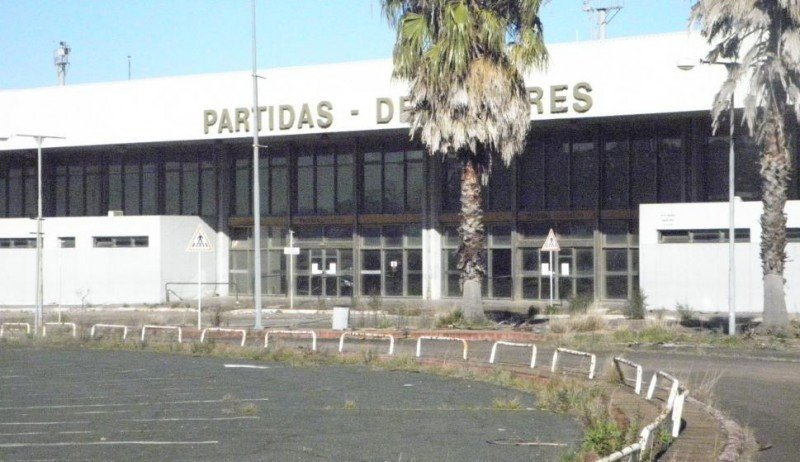 La antigua terminal del Aeropuerto de Carrasco dejó de operar a fines de 2009 y desde entonces no ha tenido uso.