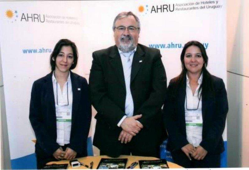 Francisco Rodríguez junto a Sabrina y Evangelina ,del equipo de AHRU.
