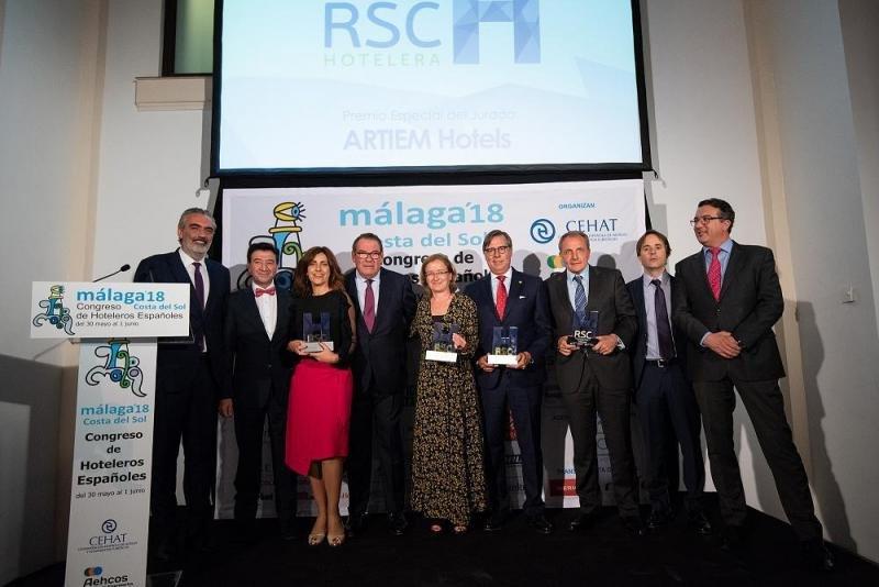 Foto de familia de los galardonados en esta cuarta edición de los Premios RSC Hotelera, junto con algunos miembros del jurado.