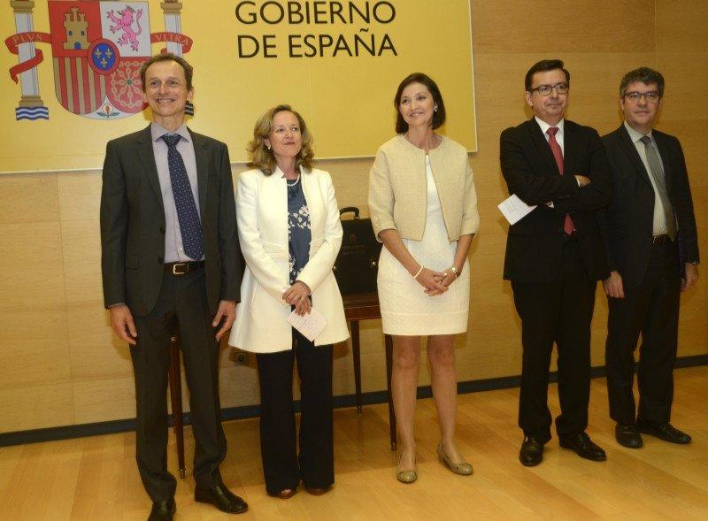 Los nuevos ministros de Ciencia y de Economía, Pedro Duque y Nadia Calviño, respectivamente, han asistido a la toma de posesión de Reyes Maroto, así como los ministros salientes Román Escolano y Álvaro Nadal.