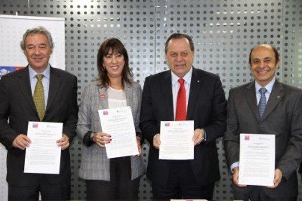 El acuerdo fue firmado en el marco de la feria FIEXPO por Gustavo Santos y Mónica Zalaquett, ministro de turismo de Argentina y la subsecretaria de turismo de Chile, así como por Aldo Elías y Ricardo Margulis, presidentes de la Cámara Argentina de Turismo y de la Federación de Empresas de Turismo de Chile.