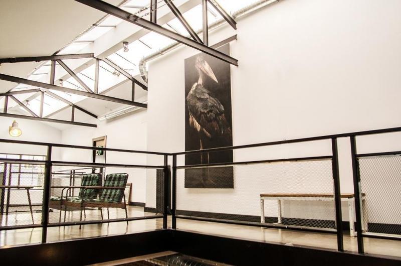 En LaNave Hostel se han conservado los elementos originales de su pasado industrial, como los muros de ladrillo o las vigas.