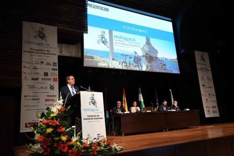 Molas, a la izq, en la inauguración del pasado Congreso de Hoteleros Españoles en Málaga, que coincidió con la moción de censura al Gobierno.