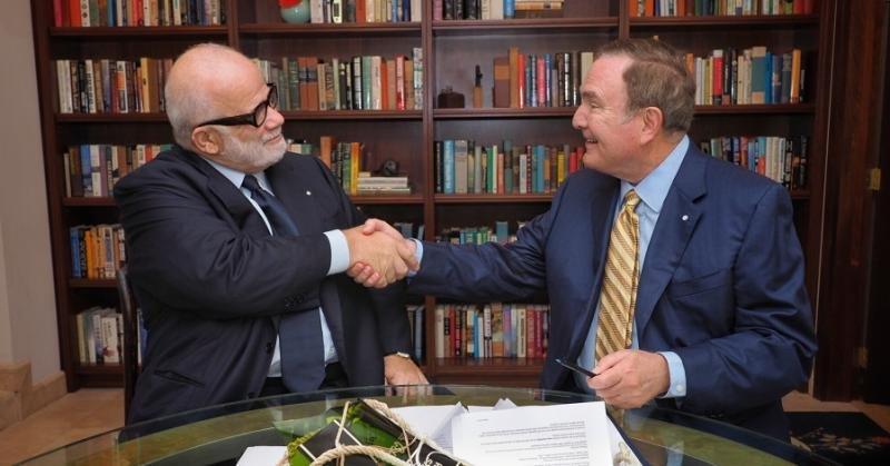 Manfredi Lefebvre y Richard D. Fain, por Silversea y Caribbean, respectivamente, firmando el acuerdo.