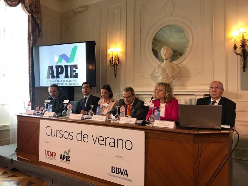 La ministra de Industria, Comercio y Turismo, Reyes Maroto, en la inauguración del seminario de la APIE (Asociación de Periodistas de Información Económica) 'La Economía ante el blockchain. Lo que está por venir', en el marco de los cursos de la UIMP.