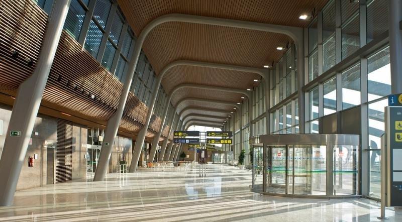 El casi desierto Aeropuerto de León fue renovado con 100 M € para aumentar su capacidad a unos 600.000 pasajeros, en una infraestructura cuyo tráfico era de media 120.000 y, en los últimos seis años, no ha llegado a 50.000.