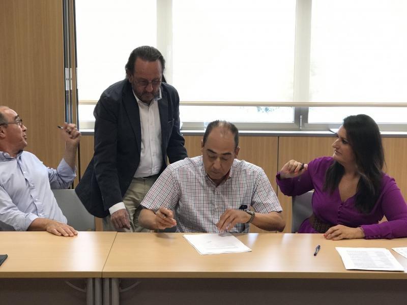 El presidente de Hosbec, Antonio Mayor y la secretaria general de esta organización Nuria Montes, firman el Convenio colectivo junto con Manuel Ramón, responsable de UGT y Carlos Sedano, asesor laboral de la representación empresarial.
