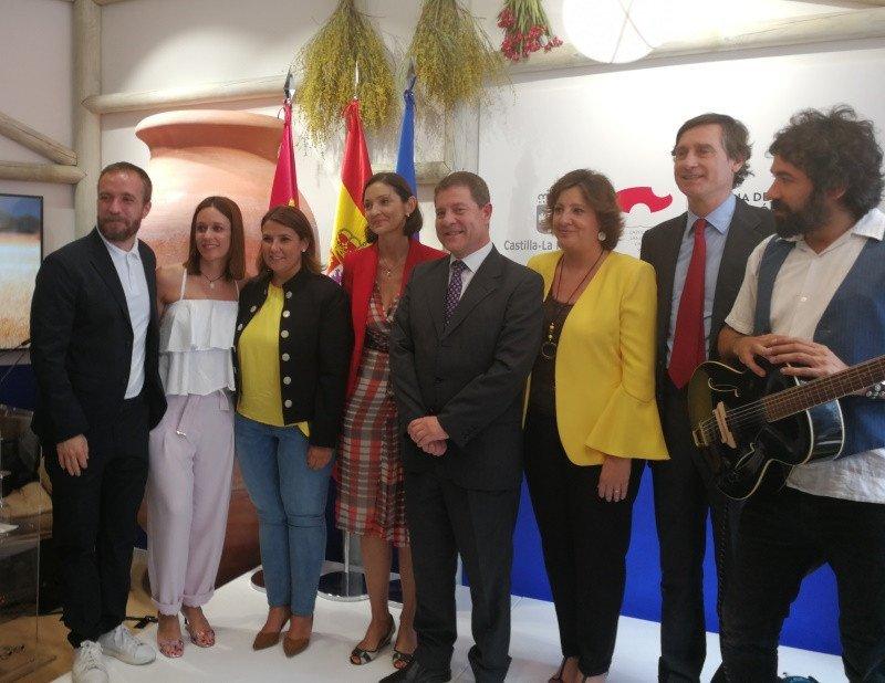 Reyes Maroto, ministra de Industria, Comercio y Turismo, quiso apoyar la iniciativa con su presencia en el evento, tras participar en la reunión del Consejo de Ministro –el músico toledano Julián Maeso, a la derecha, participó en la inauguración de la oficina-.