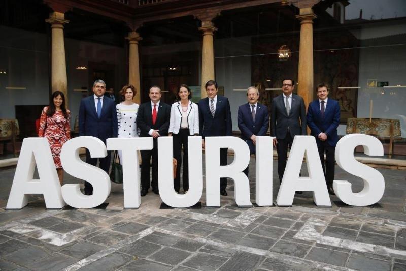 Las autoridades posan tras la inauguración del II Congreso Mundial de Destinos Turísticos Inteligentes, celebrado esta semana en Oviedo.
