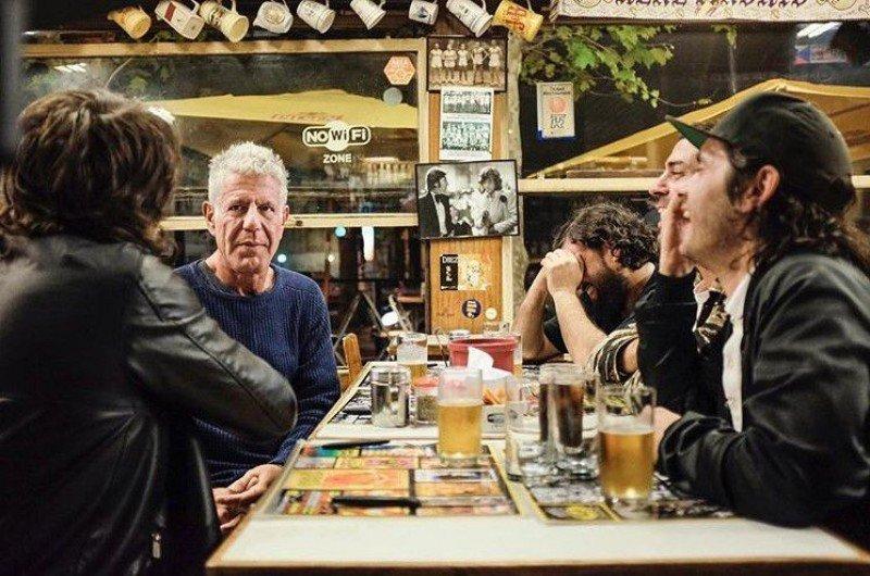 Anthony Bourdain en Montevideo hace unos meses, junto a los miembros del grupo de rock Hablan Por La Espalda. Foto: Montevideo.com