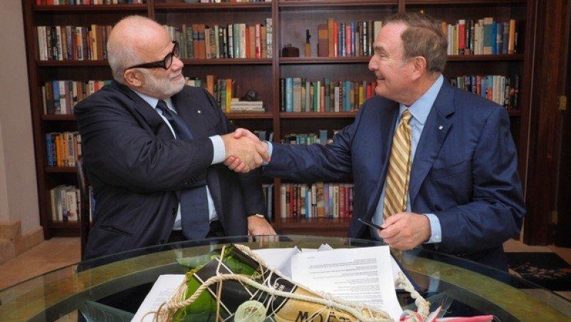 Manfredi Lefebvre, de Silversea suscribe el acuerdo con Richard Fain, de Royal Caribbean. Foto: Silversea Cruises.