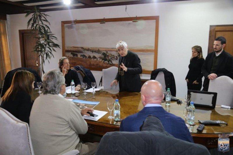 Los responsables del proyecto y técnicos del gobierno departamental se reunieron para debatir cambios al emprendimiento. Foto: Intendencia de Maldonado.