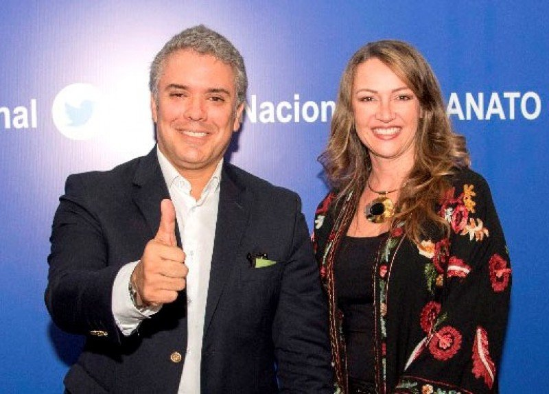 Iván Duque junto a Paula Cortés, presidenta de ANATO.