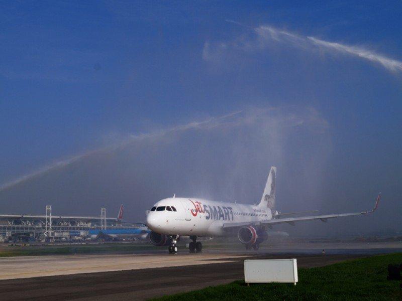 Con la apertura de nuevas rutas, la llegada de nuevas aerolíneas internacionales y el crecimiento de las low cost el tráfico aéreo en Chile viene creciendo a un ritmo de dos cifras.